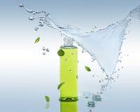 De kruiden bevochtigende shampoo bevindt zich op de waterachtergrond met plons en muntbladeren Stock Afbeeldingen