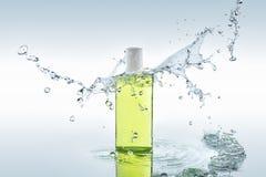 De kruiden bevochtigende shampoo bevindt zich op de waterachtergrond met plonsen Royalty-vrije Stock Afbeelding