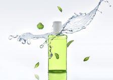 De kruiden bevochtigende shampoo bevindt zich op de witte achtergrond met van de waterplons en munt bladeren Stock Afbeeldingen