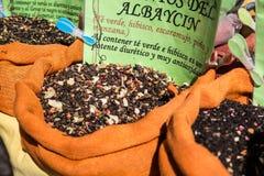 De kruiden, de zaden en de thee verkochten in een traditionele markt in Granada, S Stock Afbeeldingen