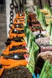 De kruiden, de zaden en de thee verkochten in een traditionele markt in Granada, S Stock Fotografie