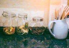 De kruiden en de grondstoffen voor het koken zijn in de elegante keuken royalty-vrije stock afbeelding
