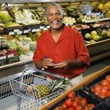 De kruidenierswinkel van de mens het winkelen. Stock Afbeeldingen