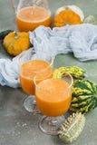 De kruidige die cocktail van de de herfstpompoen met pompoenzaden wordt verfraaid Stock Foto