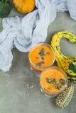 De kruidige die cocktail van de de herfstpompoen met pompoenzaden wordt verfraaid Stock Foto's