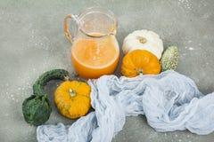 De kruidige die cocktail van de de herfstpompoen met pompoenzaden wordt verfraaid Royalty-vrije Stock Foto's