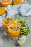 De kruidige die cocktail van de de herfstpompoen met pompoenzaden wordt verfraaid Royalty-vrije Stock Afbeeldingen