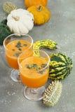 De kruidige die cocktail van de de herfstpompoen met pompoenzaden wordt verfraaid Stock Afbeelding