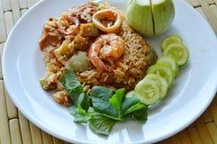 De kruidige gebraden rijstgarnaal en het varkensvlees met aubergine in garnalen kleven saus op plaat Stock Foto