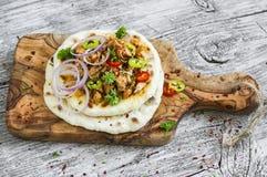 De kruidige kip met groenten op een eigengemaakte flatbread is een heerlijke snack stock afbeeldingen