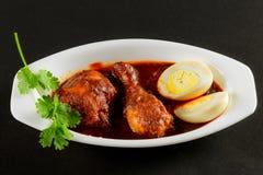 De Kruidige Kip van kippenmasala met gekookt Ei stock foto's