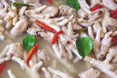 De Kruidige Soep van kippenvoeten, de Thaise stijl van het Straatvoedsel royalty-vrije stock foto's