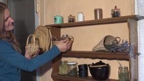 De kruidkundigevrouw bereidt droge kruiden in rieten manden voor de wintertijd voor 4K stock video