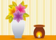 De kruik van bloemen en oliebrander met kaars Stock Fotografie