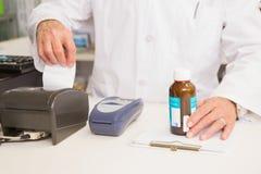 De kruik van de apothekerholding van geneeskunde en ontvangstbewijs Royalty-vrije Stock Foto