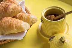 De kruik van de honing met croissanten royalty-vrije stock foto