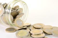 De kruik van het glas met euro muntstukken Stock Afbeeldingen