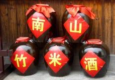 De kruiken installeerden Nanshan-de wijn van de bamboerijst stock fotografie