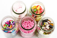 De kruiken van het glas die met geassorteerd suikergoed worden gevuld Royalty-vrije Stock Foto's