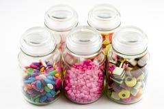 De kruiken van het glas die met suikergoed worden gevuld Royalty-vrije Stock Foto