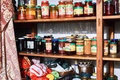 De kruiken van het glas met gemarineerde groenten en paddestoelen Royalty-vrije Stock Foto's