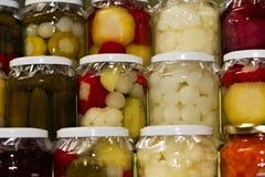 De kruiken van het glas van kleurrijke groenten in het zuur Royalty-vrije Stock Fotografie