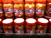 De kruiken van het populaire Koreaanse voedsel riepen Kimchi op vertoning bij een kruidenierswinkelopslag klaar aan verbeterd doo royalty-vrije stock foto's