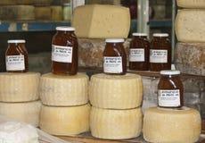 De kruikenvertoning van de kaas en van de honing Stock Afbeeldingen