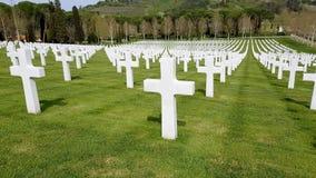 De kruisen van Amerikaanse die militairen die tijdens de Tweede Wereldoorlog stierven in Florence American Cemetery wordt begrave royalty-vrije stock foto