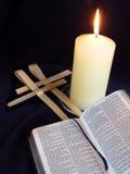 De kruisen van de kaars, van de bijbel en van de palm Stock Foto's