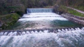 De kruisen van de rivierstroom over cascade stock video