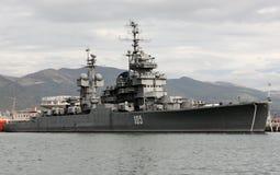 De kruiser ` Kutuzov ` in de haven van Novorossiysk stock foto's