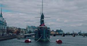 De kruiser van de dageraad in heilige-Petersburg stock footage