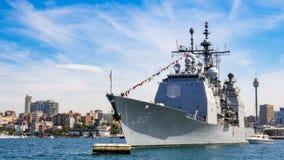 De kruiser van USS Chosin CG 65 Verenigde Staten komt de haven van Sydney voor het deelnemen aan Internationaal Vlootoverzicht Sy Royalty-vrije Stock Foto