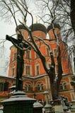 De kruisiging op de achtergrond van de Kerk Stock Fotografie