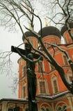 De kruisiging op de achtergrond van de Kerk Stock Foto