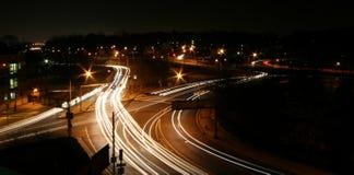 De kruising van de weg bij Nacht Royalty-vrije Stock Foto