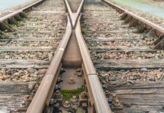 De kruising van roestige sporen van het sluiten Stock Foto
