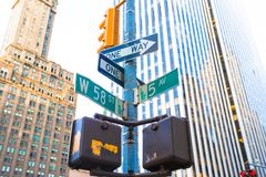 De kruising van 58ste straat en 5de Weg binnen Stock Foto