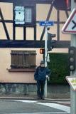 De kruising van straat bij verkeerslicht Verkeersverordeningen Royalty-vrije Stock Foto's