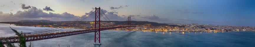 De kruising van de Tagus-Rivier Verbazend Panoramisch Beeld van Cityscape van Lissabon samen met 25ste April Bridge Ponte 25 DE A stock foto's