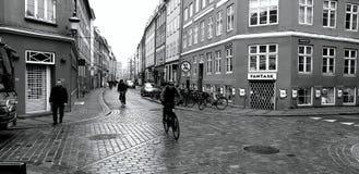 De kruising van vier straten Straatbestrating modieus met mozaïek stock afbeelding