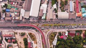 De kruising van weg op plattelandsgebied van een groene aanplanting van een vogelperspectief in Thailand, hoogste mening stock videobeelden