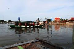 De kruisingsboot is dwars de rivier Stock Afbeelding