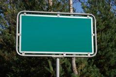 De kruispunten voorzien van wegwijzers Stock Foto's