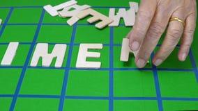 De kruiswoordraadsels voor Bejaarden, hulp verbeteren geheugen & verbeteren brainrosswords voor Bejaarden, hulp geheugen & hersen stock video