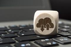 De kubus dobbelt met Cloud Computing op een toetsenbord royalty-vrije stock foto's