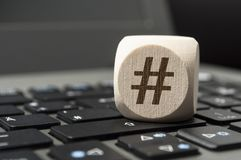 De kubus dobbelt met Hashtag-symbool op een toetsenbord stock foto's