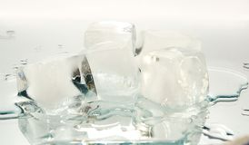 Cristalkubus van ijs Stock Afbeeldingen