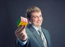 De kubus van de zakenmanholding rubik in zijn handen royalty-vrije stock foto's